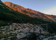 Мостчето над река Бъндерица. Поглед назад към огряният от сутрешното слънце Вихрен