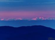 Рила по време на изгрев гледана от Бузлуджа. Снимката не блести с кой знае какво качество, но все пак основният обект се намира на около 200км и цели да покаже уникалността на гледката.