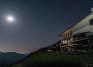 Луната над хижа Ехо