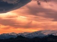 Билото на Централна Стара Планина. Горе вляво се подава циклон приличащ на огромна летяща чиния.