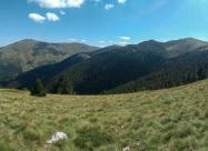 В ляво Цари връх, в дясно Гоцев връх