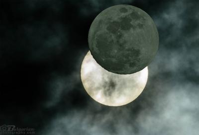 Монтаж, който показва как луната закрива слънчевият диск при частично затъмнение.