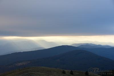 Слънчевите лъчи обагрят връх Шипка преди залезът на 6 ти октомври 2016, час 18:00