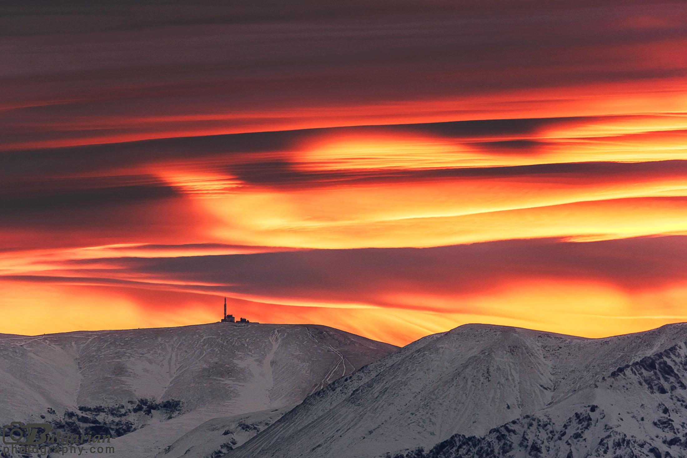 Изгревни багри над връх Ботев