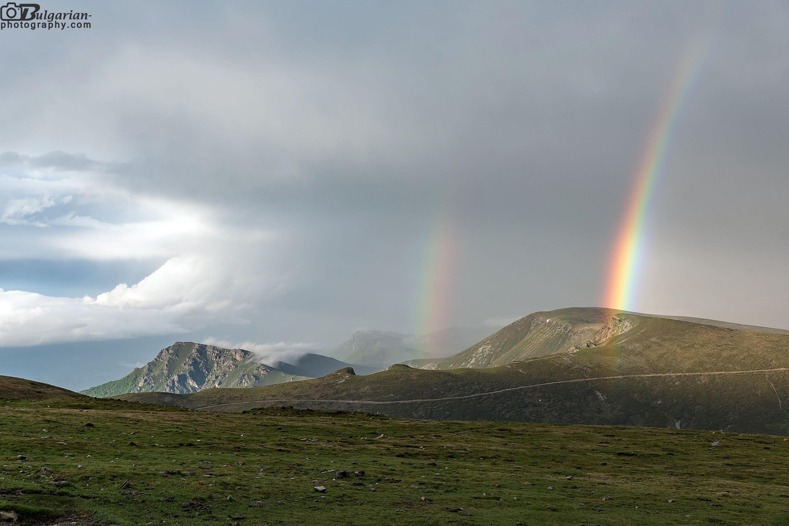 Дъгата над връх Параджика и в ляво връх Марагидик