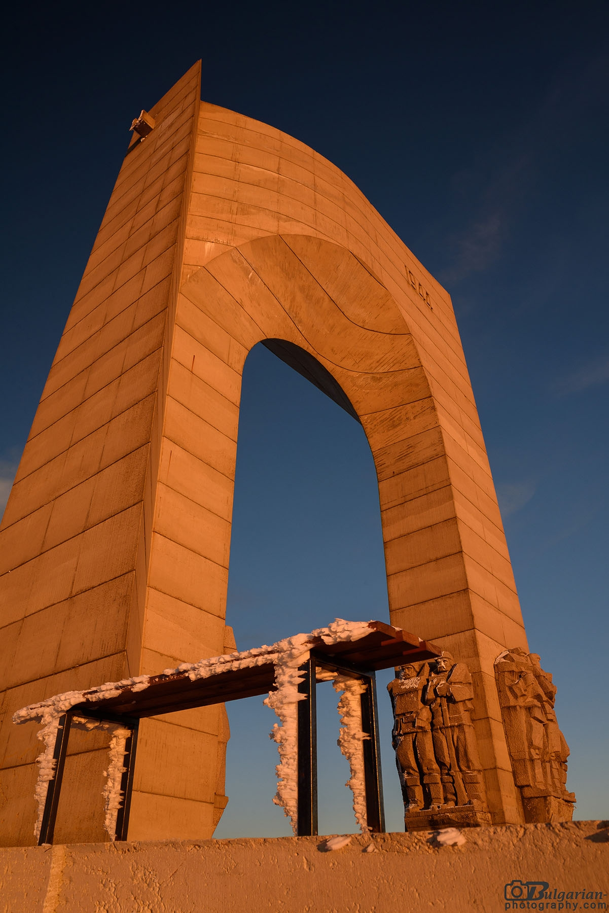 Арката на Свободата обляна в залезни багри