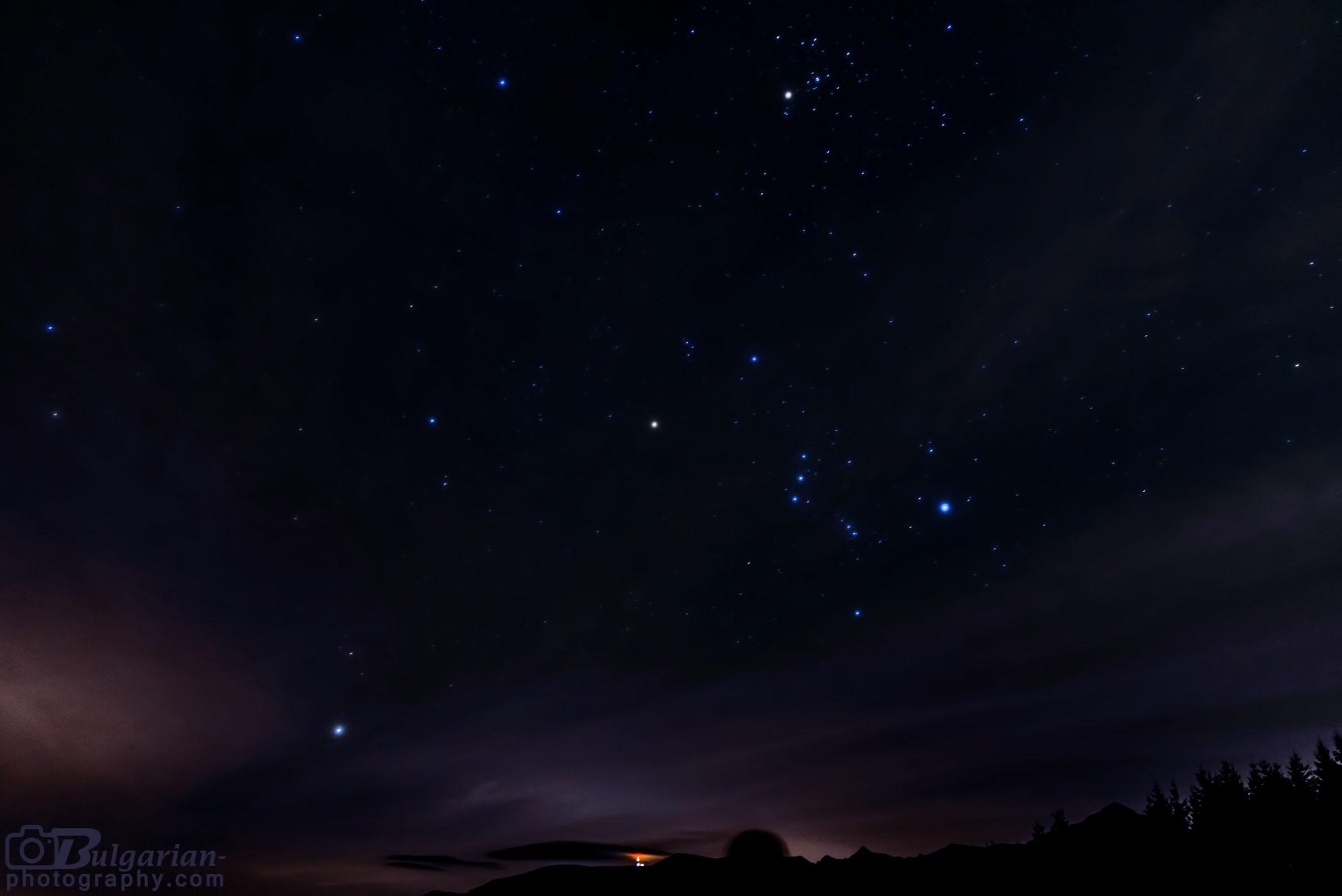 Съзвездията Орион и Телец над връх Ботев гледани от хижа Амбарица