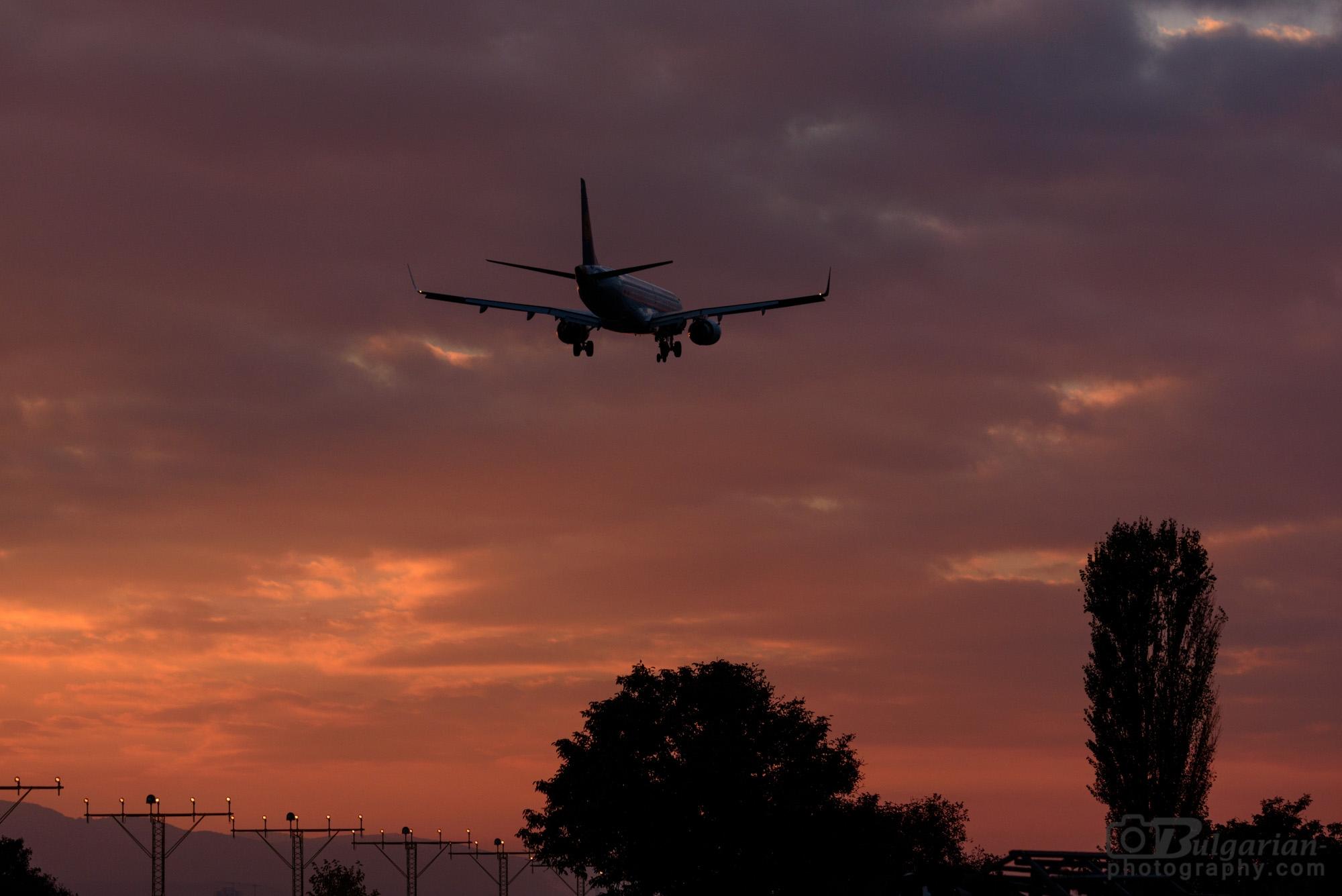 Минавайки през околовръстното не се стърпях да снимам кацащия по време на залез самолет.