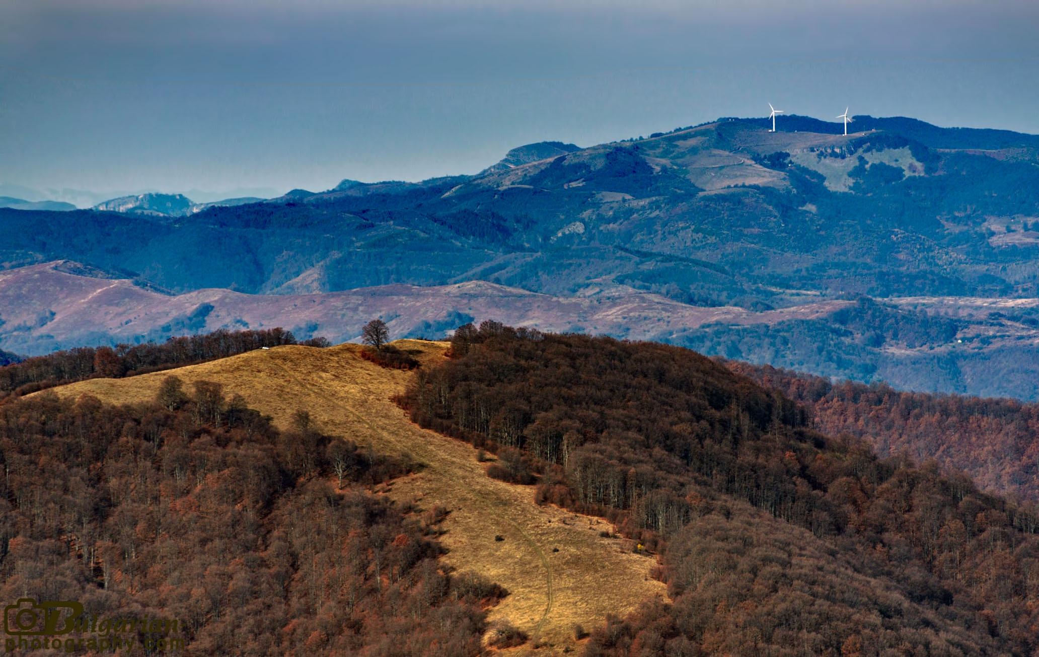 Хижа Васильов и едноименният връх гледани от билото над хижа Амбарица