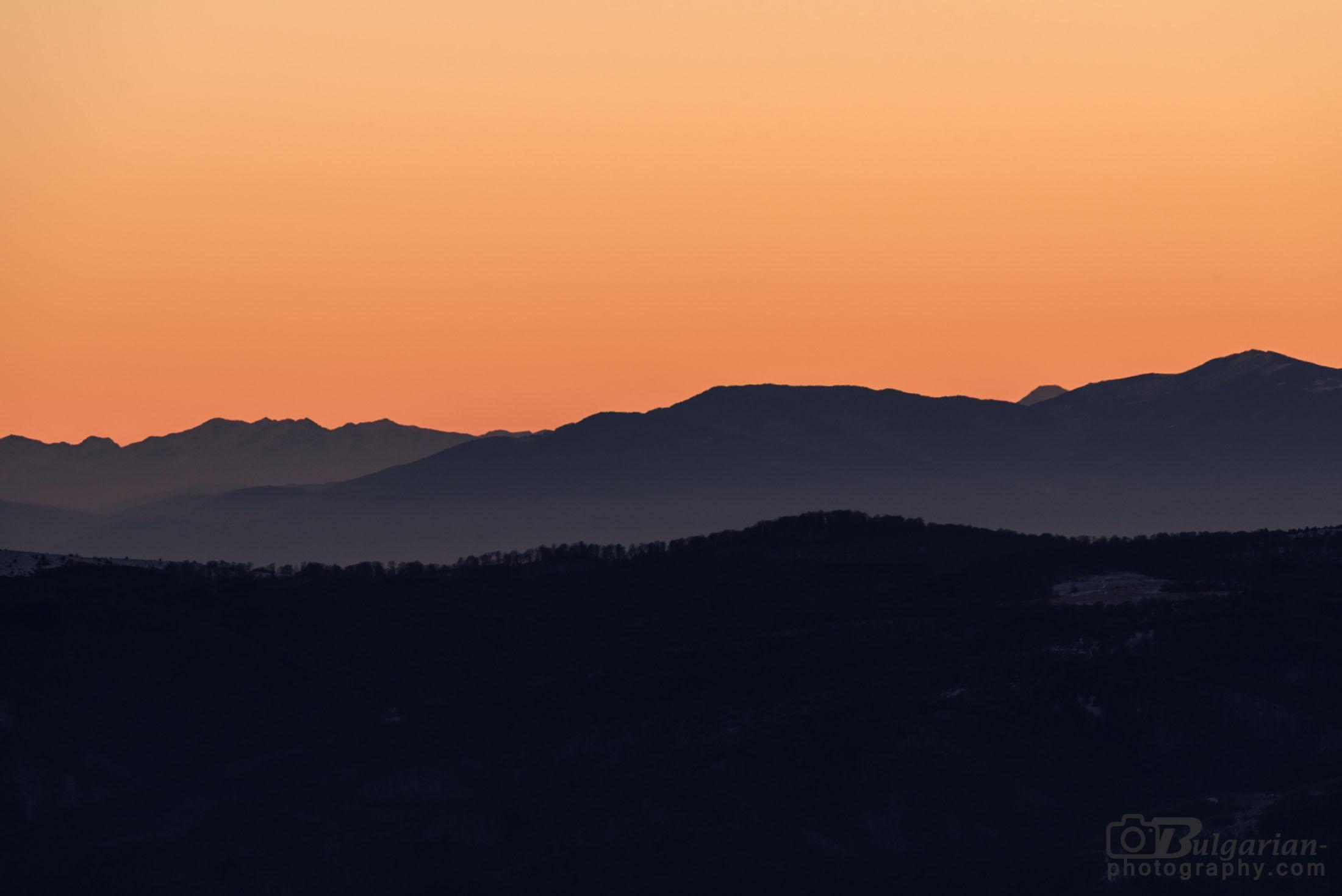 Зад Рила се подава лекичко връх Вихрен