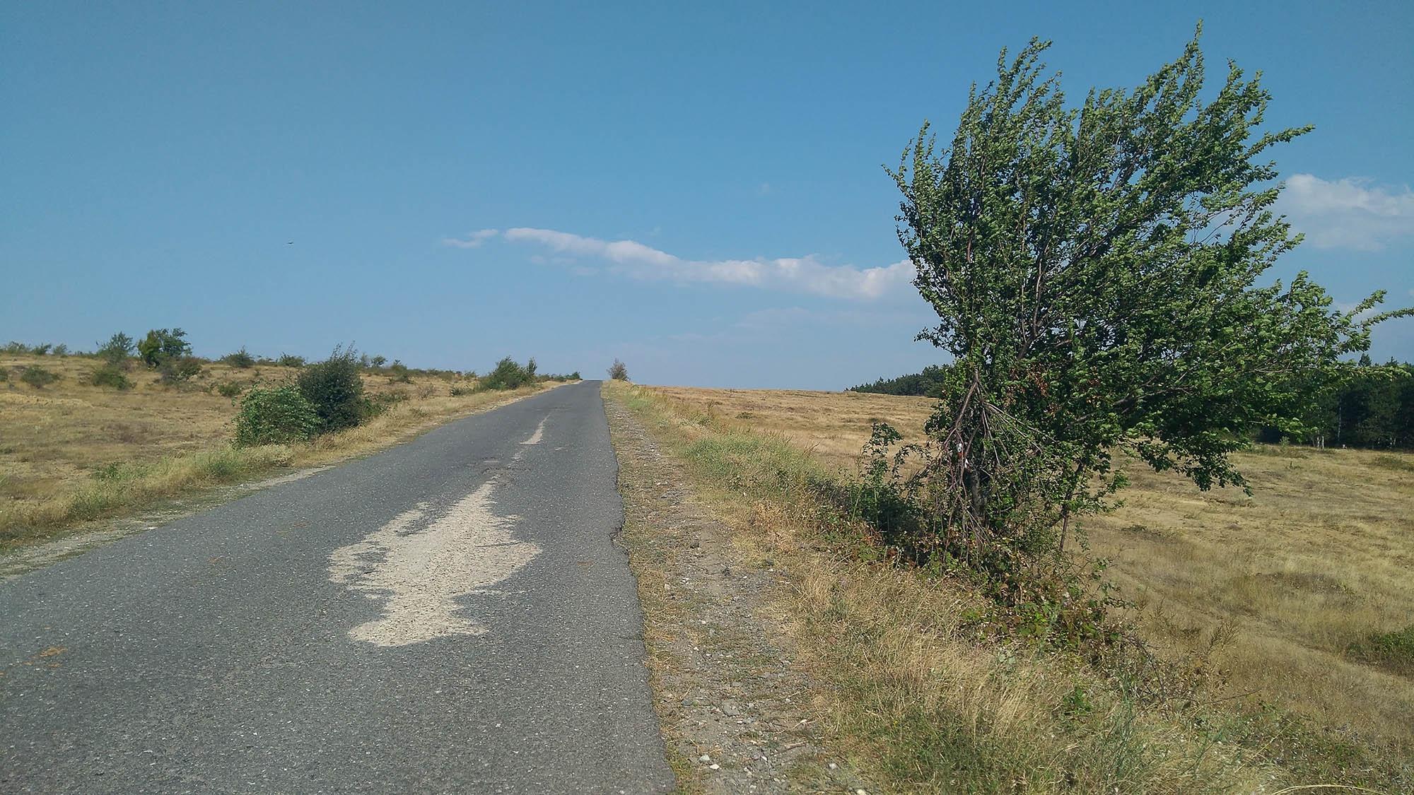 Отново по асфалт. След село Сини рид, малко преди разклона за Доброван