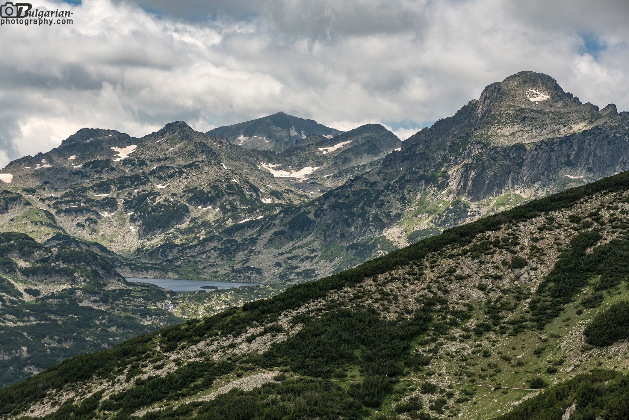 Попово езеро. В далечината връх Каменица