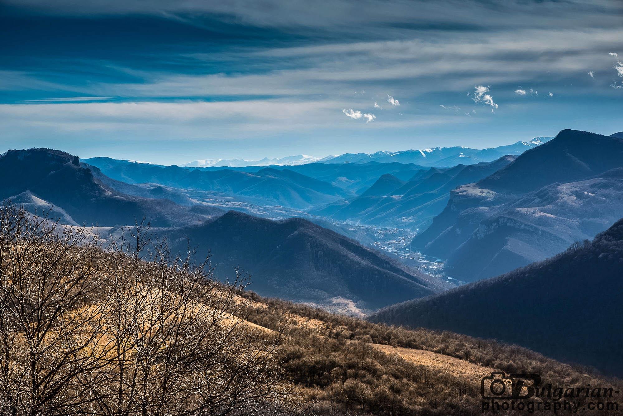 Изглед към Стара Планина. Долу се вижда град Тетевен