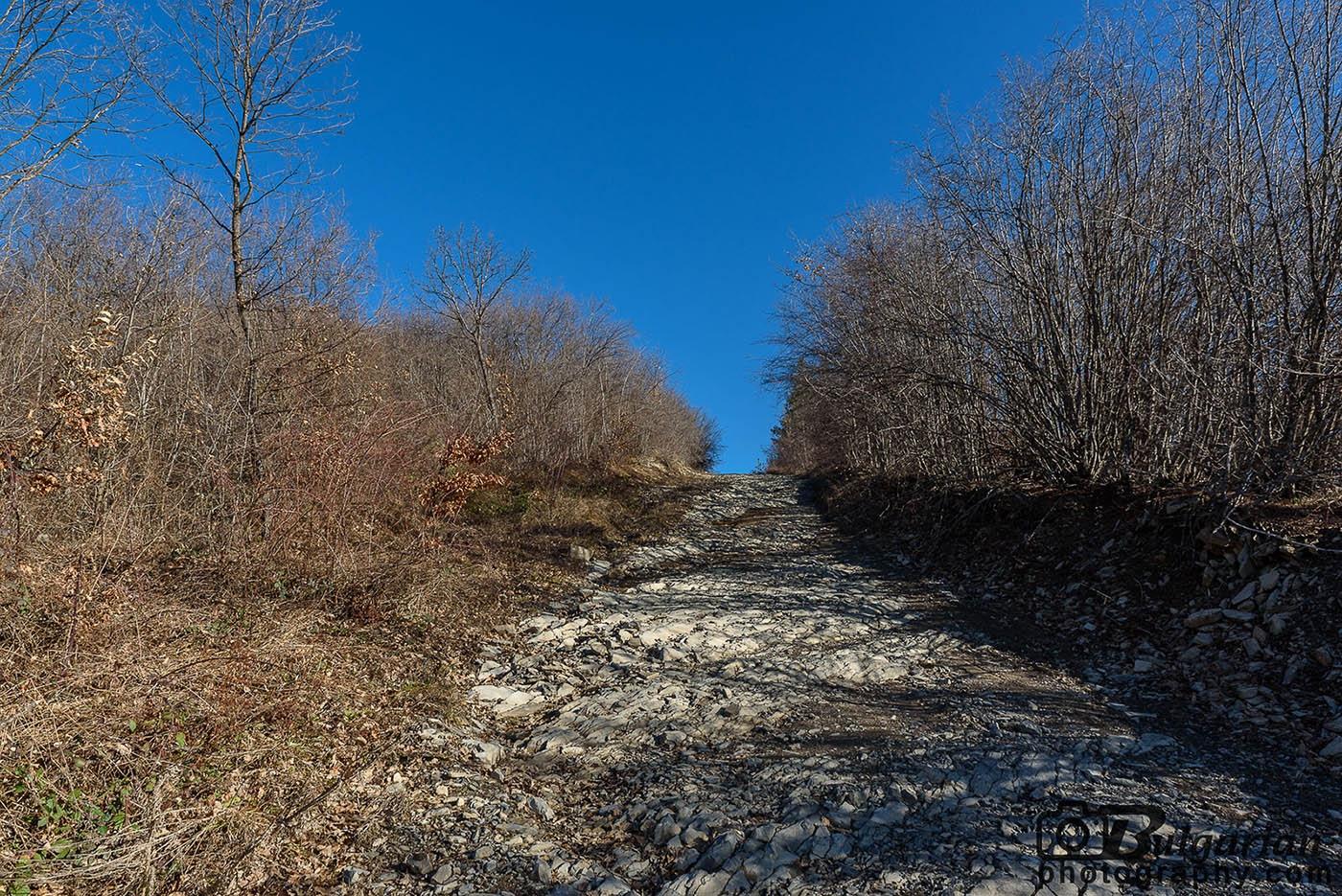На места пътят към върха става каменен