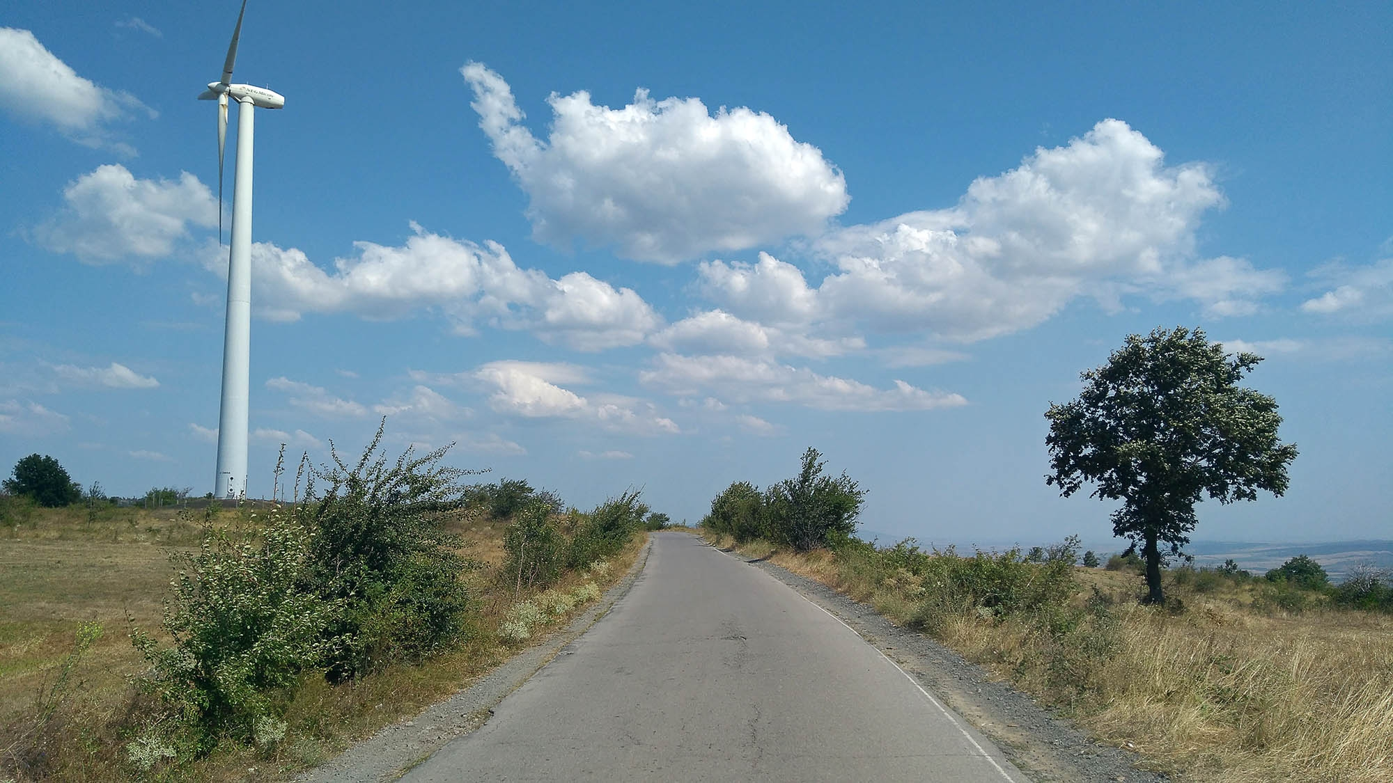 Последният ветрогенератор след село Подгорец. Тук зад дървото вдясно видях за първи път морето