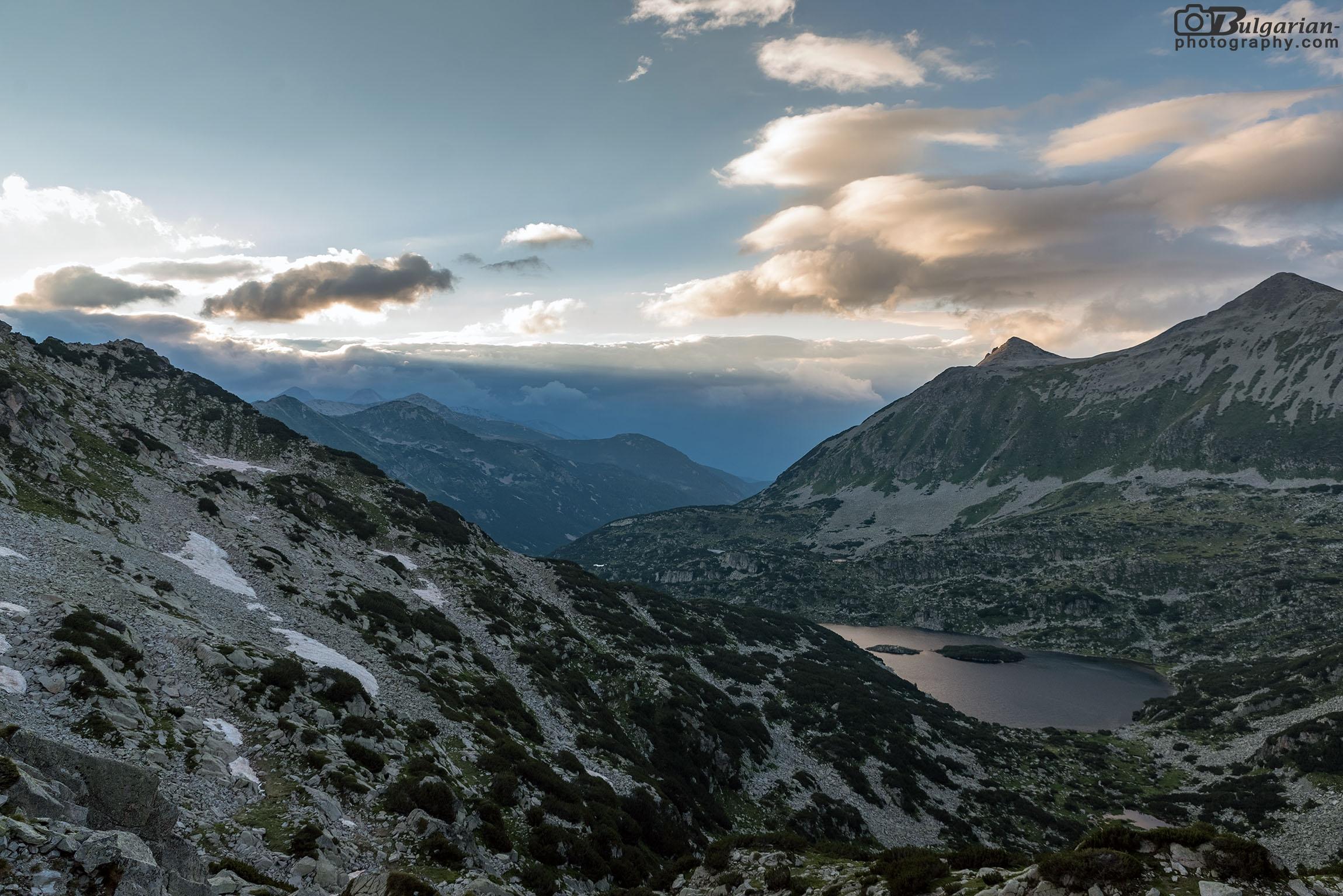 Поглед към Валявишки езера. В далечината в ляво се виждат Вихрен и Кутело