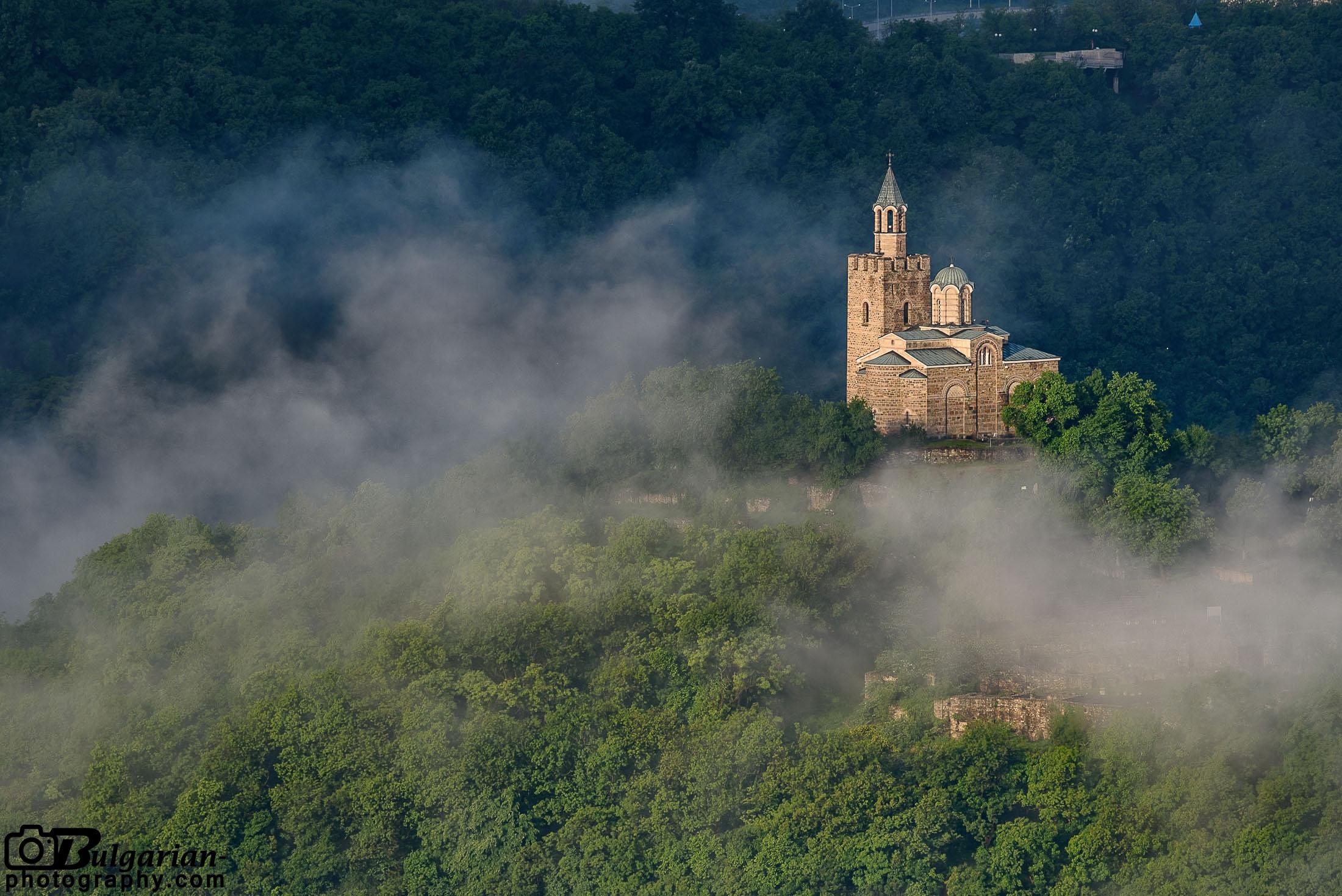 Сутрешни мъгли над Царевец