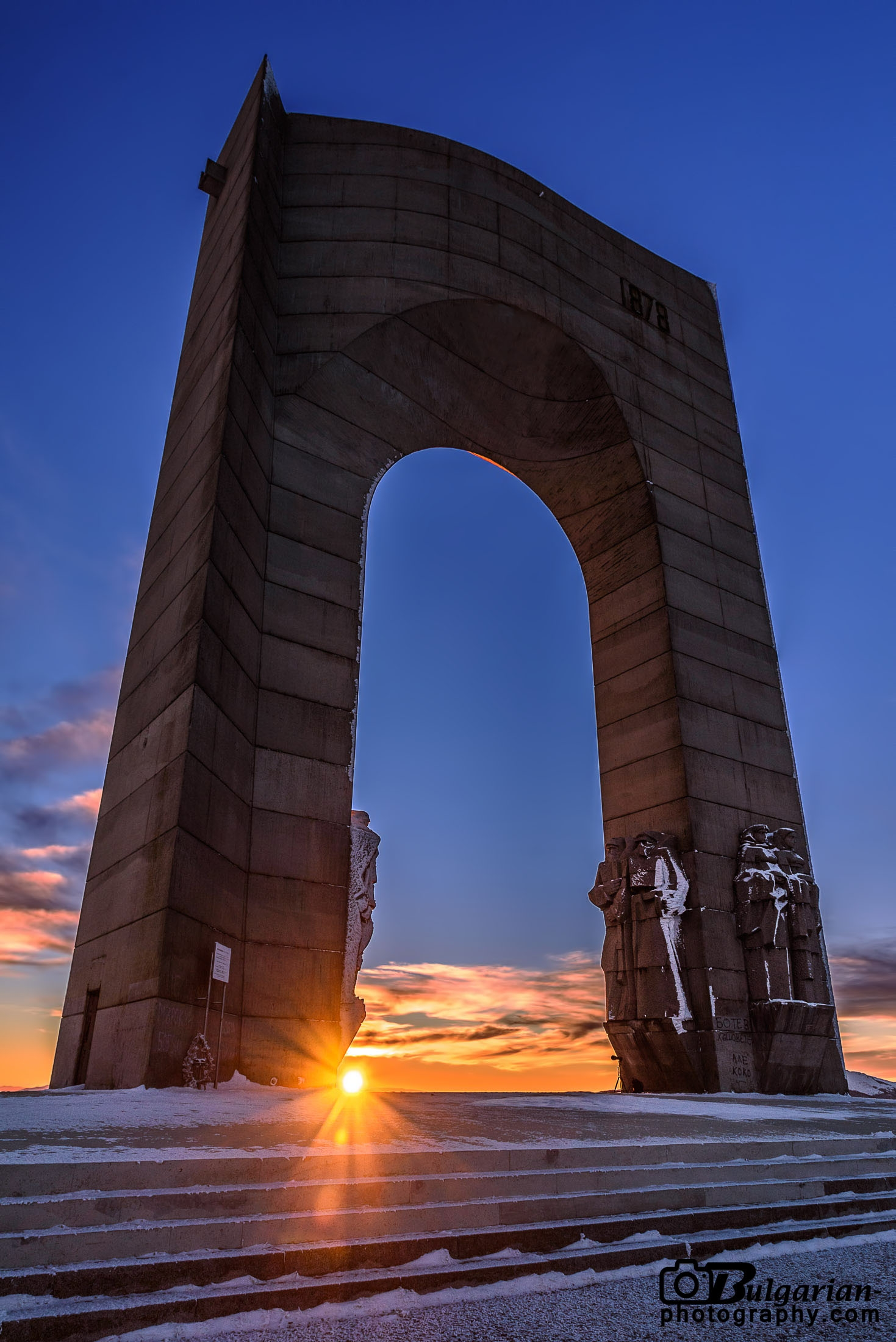 Залязващото слънце през Арката на Свободата