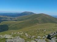 На връх Тетевенска Баба. Най-вляво в средата се забелязва и хижа Бенковски