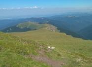На слизане от връх Русоватец. Вижда се хижа Мазалат
