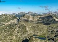 Тевно езеро от връх Малка Каменица. В ляво връх Синаница, а в дясно Вихрен и Кутело