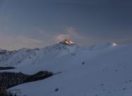 Последните лъчи на слънцето огряват връх Голям Купен