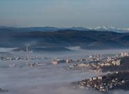Част от Велико Търново на фона на връх Вежен