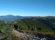 Малко преди връх Гердектепе. В дясно се вижда хижа Дерменка, а горе вляво връх Вежен