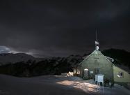 Зимна нощ над хижа Мазалат