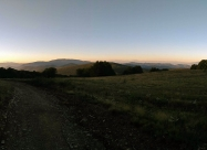 Далеч напред се вижда връх Мургаш и Рила