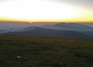 Изгревът на Слънцето между върховете Голям Кадемлия вдясно и Марагидик вляво