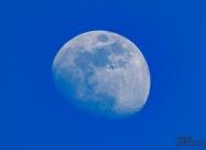 Самолет на фона на луната