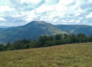 В далечината връх Козница
