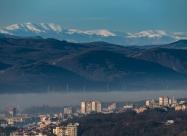 Част от Велико Търново на фона на връх Вежен в по близък план