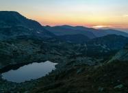 Залезът от заслон Страшното езеро. Слънцето залязва там откъдето бях го посрещнал сутринта - от езеро Бъбрека