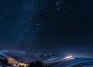 Нощ над връх Мусала. Вижда се най-ярката звезда на небосклона - Сириус, както и Орион