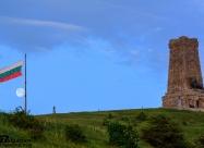 Луната, българският флаг и паметникът на Шипка