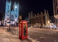 Типичните телефонни кабини на фона на Уестминстърското абатство