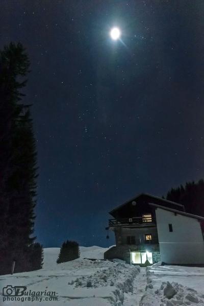 Лунна нощ на хижа амбарица. Снимано е от ръка с много високо ИСО и скорост 1/5сек.