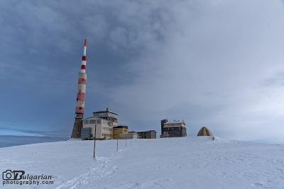 Сградите и кулата на връх Ботев